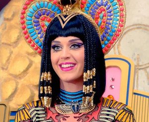 "Get Katy Perry's ""Dark Horse"" Makeup Look"